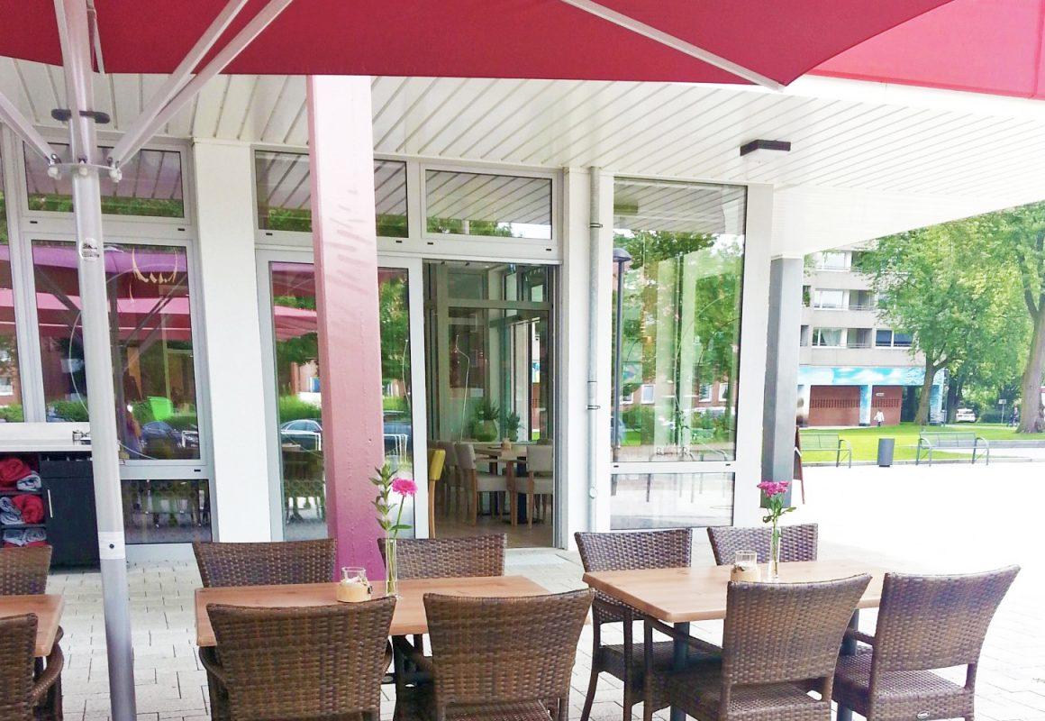 Bistro Rotheo - Terrasse mit Möbeln und Schirm