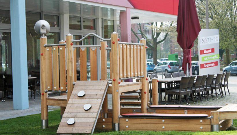 Rotheo - Spielplatz auf der Wiese neben der Terrasse